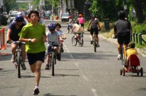 The city of Santiago promotes physical activity and community interaction through a weekly initiative known as CicloRecreoVia. Photo via ciclorecreovia.cl.