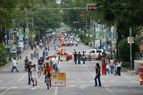 Every Sunday, Guadalajara shuts down its streets to let cyclists, pedestrians and other residents enjoy car-free conditions, in an event known as Via RecreActiva. Photo by supernova.gdl.mx.