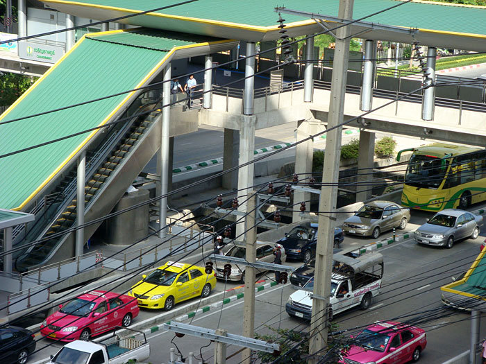 """Bangkok needs to block other traffic from BRT lanes to ensure that BRT succeeds in boosting public transit ridership and easing congestion. Photo via """"Goddess"""" on Skyscrapercity.com."""