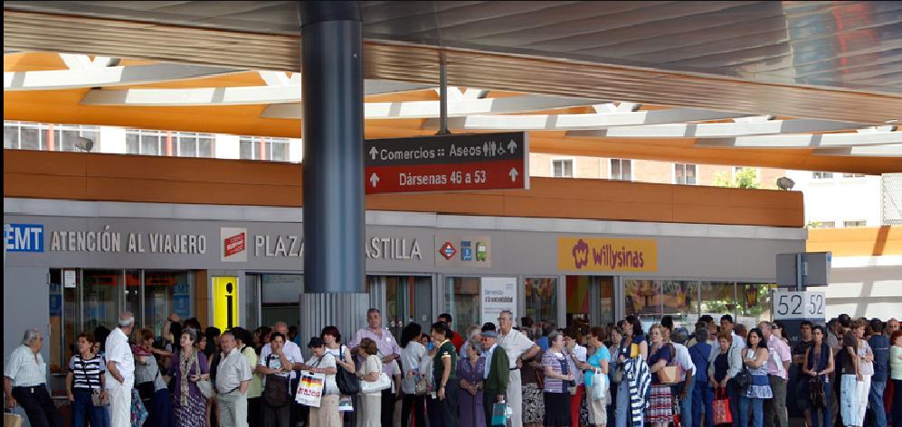 Hundreds of stranded metro-riding Madrileños tried to crowd onto city buses to get to work. Photo via El Pais.