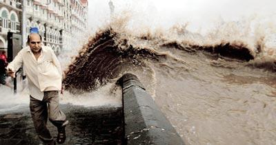 Mumbai's high tide reached nearly 5 meters on Wednesday afternoon, flooding coastal roads. Photo via Mumbai Mirror.