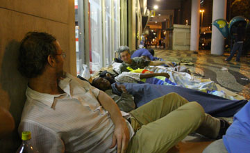 Many streetdwellers in Rio de Janeiro could sleep in shelters or at home if public transit were more accessible. Photo via JBOnline.