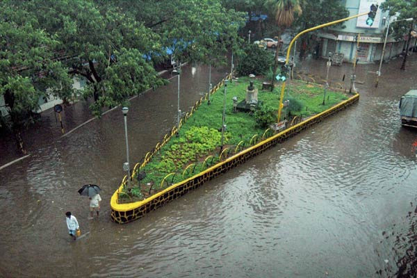 Many streets flooded instantly after heavy rains fell on Tuesday afternoon. Photo via Sify.com.