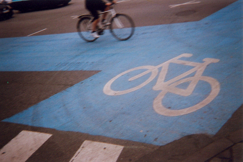 Are blue or black bikelanes safer for bikers? Photo by Mikael Tjemsland