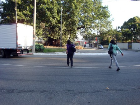 Before: pedestrians cross a dangerous curve by University of São Paulo. Photo via Apocolipse Motorizado.