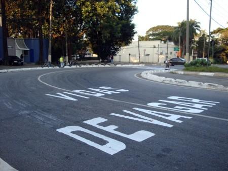 Painted warning before the new crosswalk, saying: Lives: Go Slowly. Photo via Apocolipse Motorizado.
