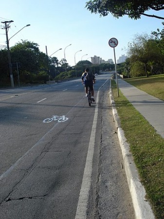 During the Brazil-Ivory Coast game, the Urban Repair Team painted new bicycle signs on Dr. Hugo Beolchi Avenue. Photo via Apocolipse Motorizado.