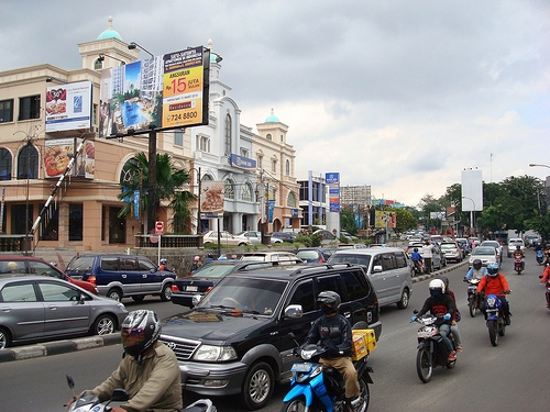 Migrants, motorbikes and personal cars crowd Jakarta's streets during Lebaran. Photo by Rezan.
