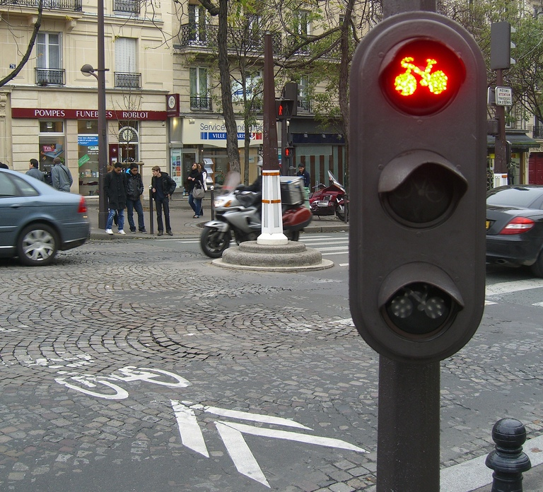 paris to allow cyclists to run red lights thecityfixthecityfix. Black Bedroom Furniture Sets. Home Design Ideas