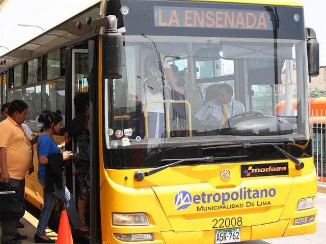 Boarding El Metropolitano BRT in Lima, Peru. Photo by EMBARQ.