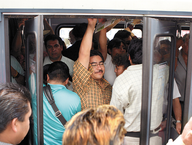 Users wait to board a crowded metro bus. Photo by EMBARQ.