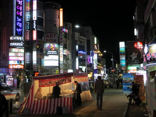 Pedestrian strolls by pojangmacha