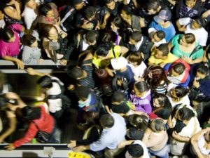 A crowd of passengers attempts to exit a metro station in São Paulo, Brazil. A new innovation from the Santiago Metro may help decrease platform gridlock for passengers like these, making public transport a more attractive alternative to private vehicles. Photo by Fernando Stankuns/Flickr.