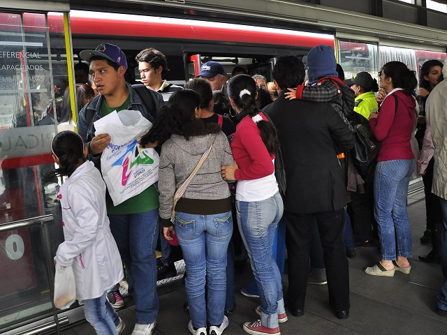 A crowd of passengers boards the TransMilenio BRT in Bogotá, Colombia. Photo by Mariana Gil/EMBARQ Brazil.