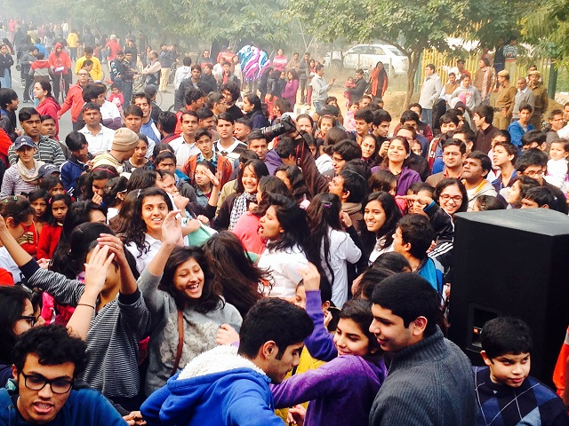 A crowd of urban residents enjoy Raahgiri Day in Gurgaon, India. Photo by EMBARQ.