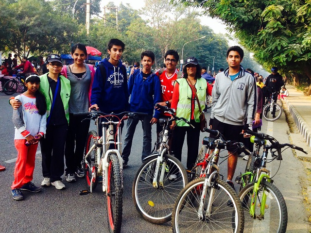 Cyclists line up at Raahgiri Day. Photo by EMBARQ.