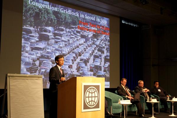 Gyengchul Kim presents during technology plenary at Transforming Transportation 2014. Photo by Aaron Minnick/EMBARQ.