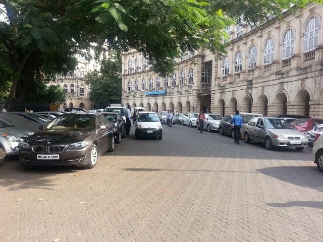 Double and triple parking around Horniman Circle in Mumbai, India. Photo by Rejeet Mathews/EMBARQ India.