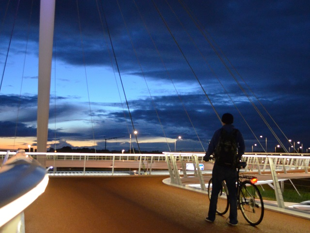 The Hovenring provides safe cycling infrastructure for the rising number of cyclists in Eindhoven, Netherlands. Photo by Earthblog/Flickr.