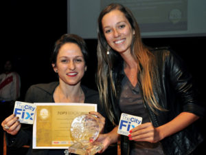 EMBARQ Brazil's Communications Manager, Fernanda Boscaini, and Blogger extraordinaire, Maria Fernanda Cavalcanti, accept the TopBlog Award at a ceremony in São Paulo. Photo by EMBARQ Brazil.