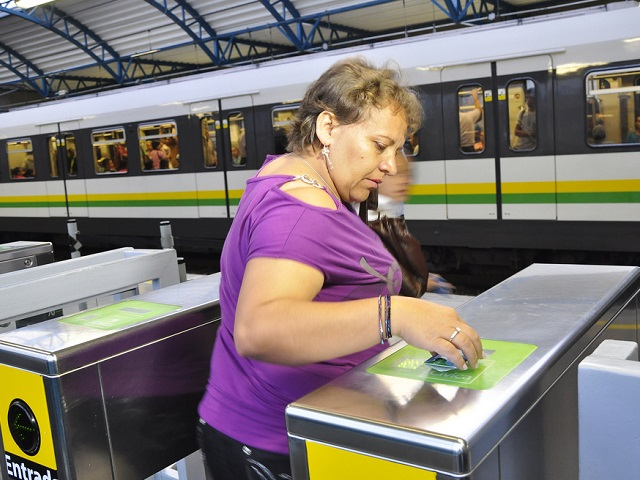 Connecting smart cards and mobile phones enables cities to offer more efficient mobility and a safer, quality experience for all transport users. Photo by EMBARQ Brasil/Flickr.