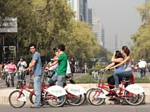 Mexico City's car-free Sundays have created a mindset of sustainable mobility that has perpetuated throughout the week. Photo by Carlos Alejandro Figeuroa/Flickr.