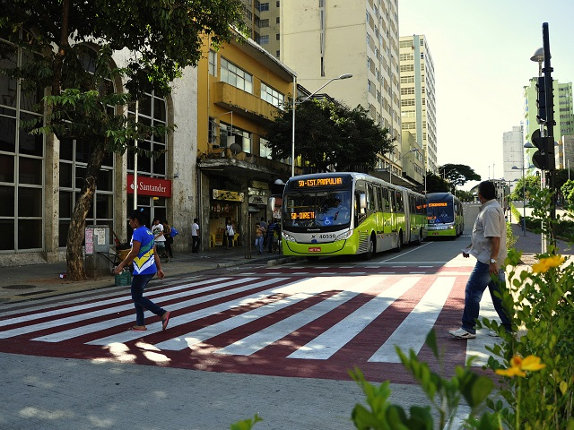 Both public and private sector investments play an important role in supporting sustainable urban mobility and minimizing the costs of private automobile use. Photo by Mariana Gil/EMBARQ Brasil.