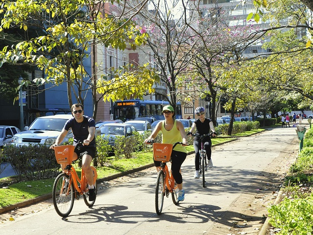 Transport demand management strategies help wane commuters off the private car and make sustainable transport alternatives more viable, easing congestion and improving quality of life in cities. Photo by Mariana Gil/EMBARQ Brasil.