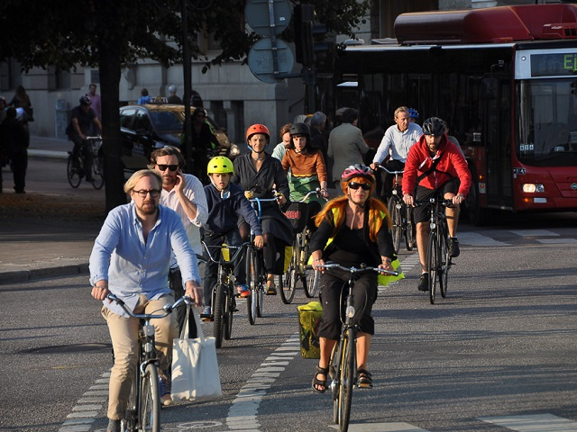 Employers play an important role in creating the incentives and infrastructure to encourage employees to use sustainable transport. Photo by Dylan Passmore/Flickr.