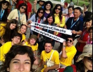 Culture Hunt participants showed their support in the fight against climate change. Photo via EMBARQ Turkey.