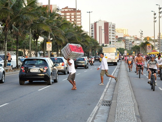 Pedestrians face daily risk at Avenida Vieira Souto in Ipanema, Rio de Janeiro. Photo by Mariana Gil/EMBARQ Brazil.