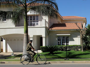 When meeting the rising demand for housing in Indian cities, private developers can promote sustainable development by ensuring access to alternative modes of transport. Photo by Ed Yourdon/Flickr.