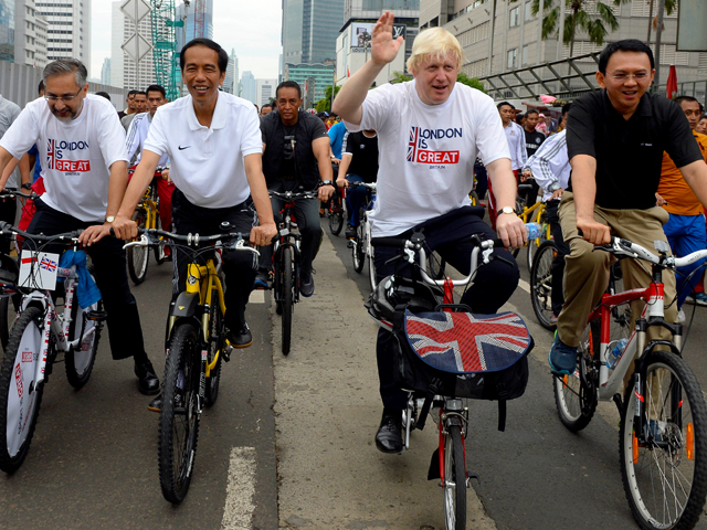 Joko Widodo and Boris Johnson ride bikes together