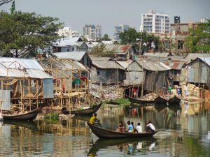 Although living in a region full of rivers, residents of Korail—an informal settlement in Dhaka, Bangladesh—often struggle to access clean water and other basic urban services. Photo by William Veerbeek/Flickr.