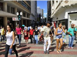 Pedestrian-only zones, well-maintained sidewalks, and good traffic signage are important for strengthening a city's walkability, as shown here in Juiz de Fora, Brazil. Photo by Mariana Gil/EMBARQ Brasil.